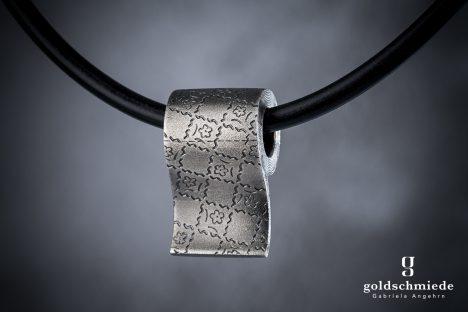 Exklusives Corona-Einzelstück: WC-Papierrolle aus Silber, aufwändig handgraviert.