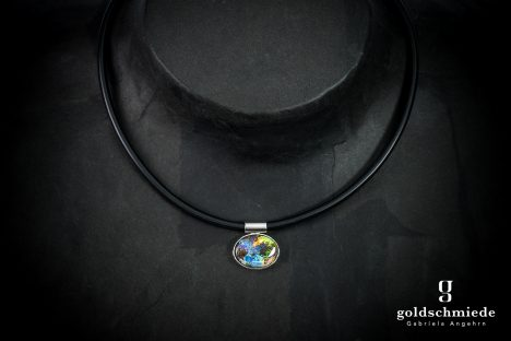 Anhänger aus 750er Weissgold mit einem ovalen Boulder-Opal